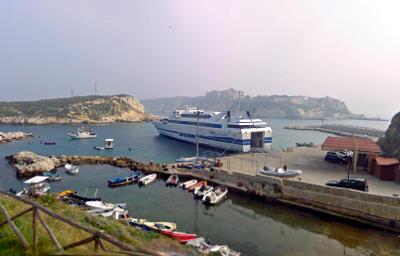 Aliscafo al porto di San Domino, Isole Tremiti.