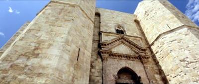Il portale principale di ingresso al Castel del Monte in Puglia.
