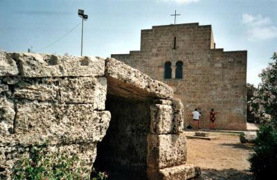 La Centopietre a Patù e la chiesa di San Giovanni.