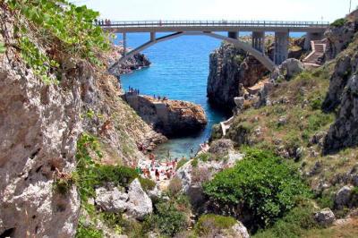 Il ponte ed il canyon del Ciolo.