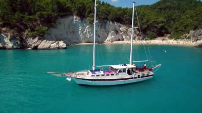 Escursione in barca o caicco in Puglia con pranzo a bordo.