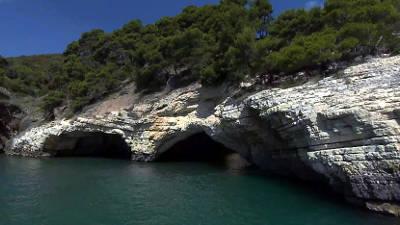 Una grotta marina lungo la costa del Gargano.