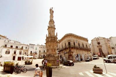 La guglia di Sant'Oronzo in piazza della Libertà a Ostuni.