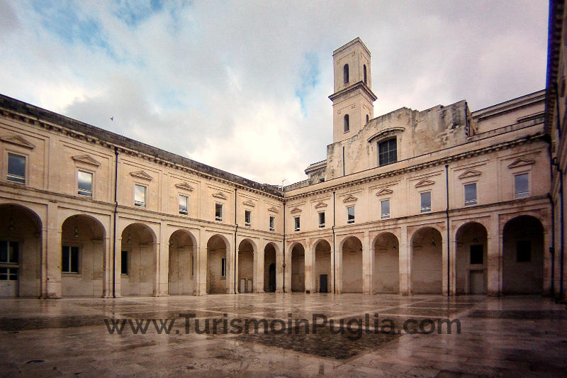 Il bellissimo chiostro dell'ex Convento dei Teatini di Lecce.