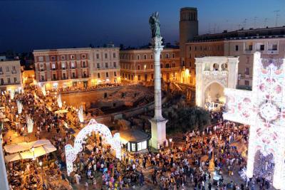 Lecce piena di gente durante la festa patronale.