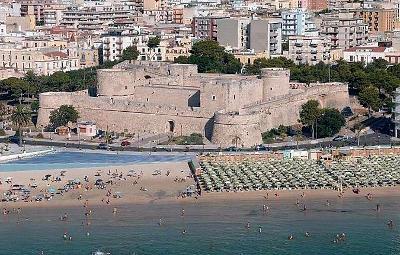 Manfredonia, il castello e la spiaggia.