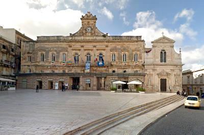 Chiesa di San Francesco e palazzo comunale di Ostuni.