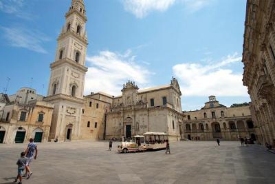 Il duomo di Lecce, il campanile del duomo e la piazza.