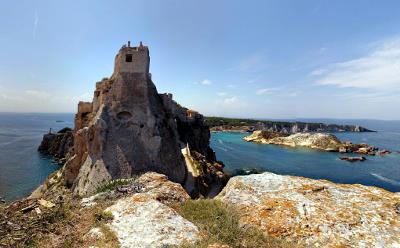 Vista del castello e delle isole da San Nicola.