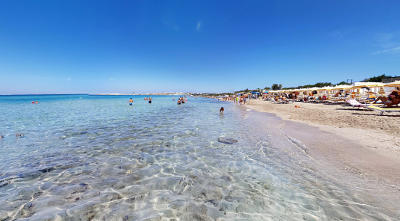 La costa di Baia Verde con la spiaggia fantastica in Puglia!