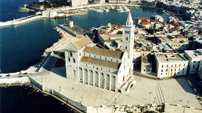 La cattedrale di Trani a due passi dal mare.